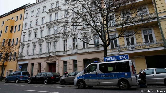 Más de 400 policías participaron en redadas vinculadas a la mezquita Fussilet, y la fiscalía inició investigaciones sobre actividades de la asociación, sospechosa de ser un punto de encuentro de islamistas radicales. (28.02.2017)