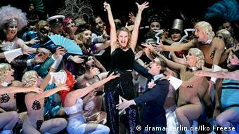 Tänzerin inmitten von anderen Tänzern auf der Bühne