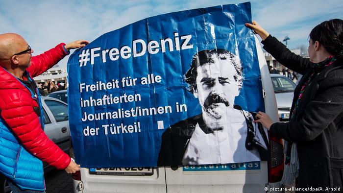 Un grupo de intelectuales y periodistas pidió en una solicitada a página entera en los principales periódicos germanos la libertad del corresponsal del diario Die Welt en Turquía, Deniz Yücel, detenido en Estambul. La solicitada cita, en alemán y en turco, el artículo 19 de la Declaración de los Derechos Humanos, referido a la libertad de expresión y la libertad de prensa. (28.02.2017)