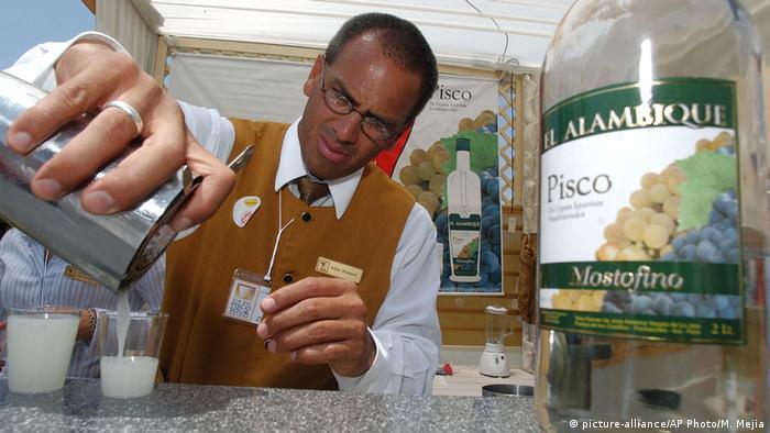 Barkeeper fazendo Pisco Sour