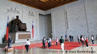 Statue von Chiang Kai-shek mit Ehrenwache und Besuchern (Foto: Klaus Bardenhagen)