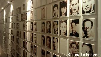 Gedenkwand mit Fotos von Opfern der Säuberungen durch die KMT in der Nationalen 228-Gedenkstätte in Taipeh (Fotos: Klaus Bardenhagen)