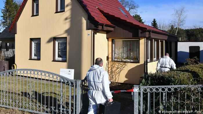 Police enter the home of the murdered 79-year-old (picture-alliance/dpa/P. Pleul)
