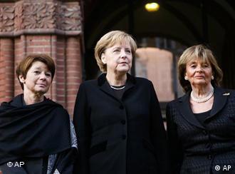 La canciller alemana, Angela Merkel, junto con la presidente de la comunidad judía de Berlín, Lala Süskind, izquierda, y la presidenta del Consejo Central de los Judíos en Alemania, Charlotte Knobloch, derecha.