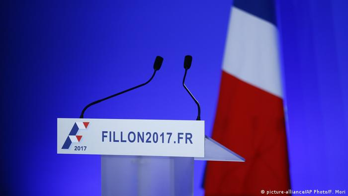Frankreich Leeres Podium vor der Ansprache Francois Fillon (picture-alliance/AP Photo/F. Mori)