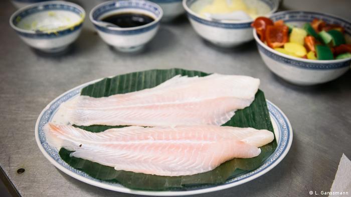 Zwei Fischhälften liegen im Restaurant Angkor Wat auf einem Teller (Foto: Lena Ganssmann)