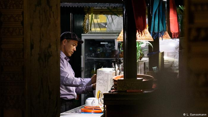 Betreiber Dany Hok in seinem Restaurant Angkor Wat in Berlin (Foto: Lena Ganssmann)