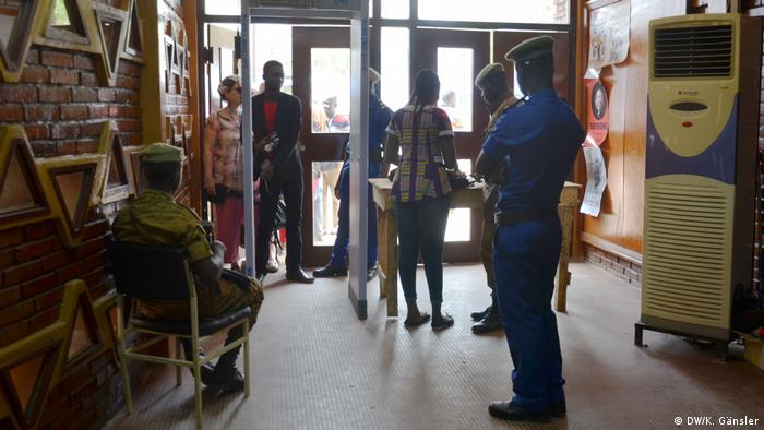 Visitors going through metal detectors at the 2017 FESPACO (DW/K. Gänsler)