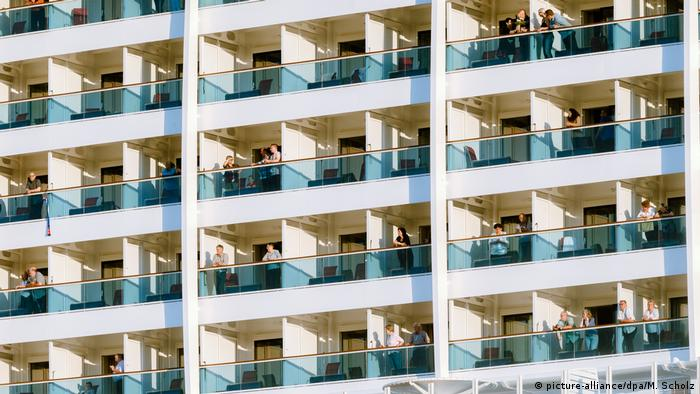 Germany - Hamburg - people standing on their cabin balconies on a cruise ship (picture-alliance/dpa/M. Scholz)
