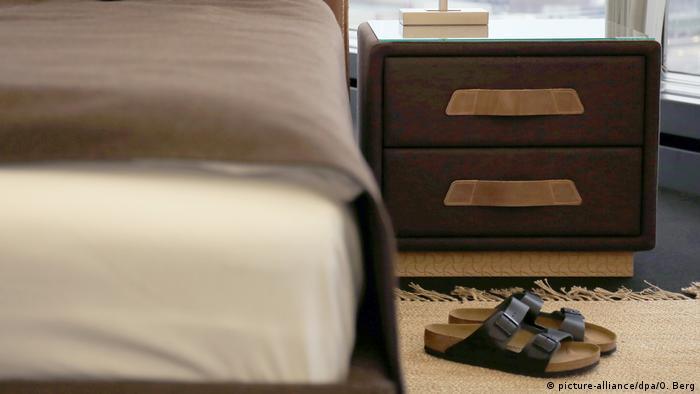 Möbelmesse Köln - Hausschuhe neben Bett