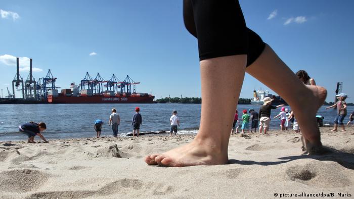 Elbstrand in Hamburg mit Blick auf Hafen (picture-alliance/dpa/B. Marks)