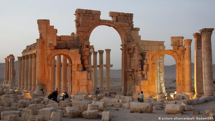 Palmyra's Arch of Triumph was destroyed by IS in 2015 (picture alliance/dpa/Y. Badawi/EPA)