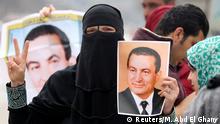 Ägypten Hosni Mubarak wird zum Gerichtsprozess nach Kairo mit Hubhscrauber geflogen Unterstützer vor dem Krankenhaus