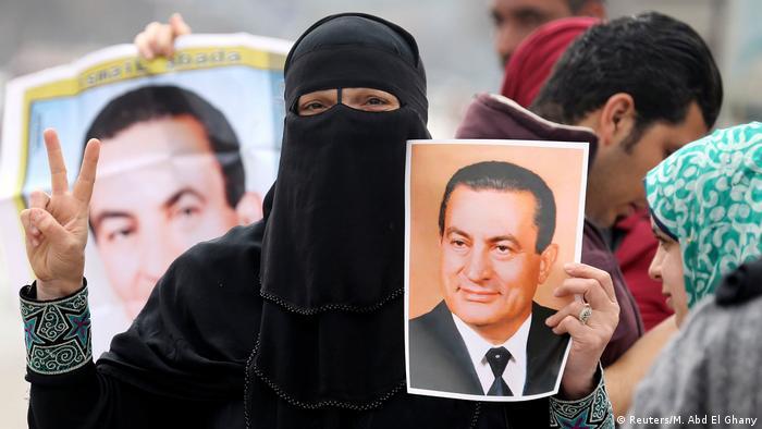 Ägypten Hosni Mubarak wird zum Gerichtsprozess nach Kairo mit Hubhscrauber geflogen Unterstützer vor dem Krankenhaus (Reuters/M. Abd El Ghany)