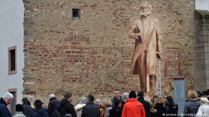 Karl Marx-Schattenriss aus Holz (picture-alliance/dpa/H. Tittel)
