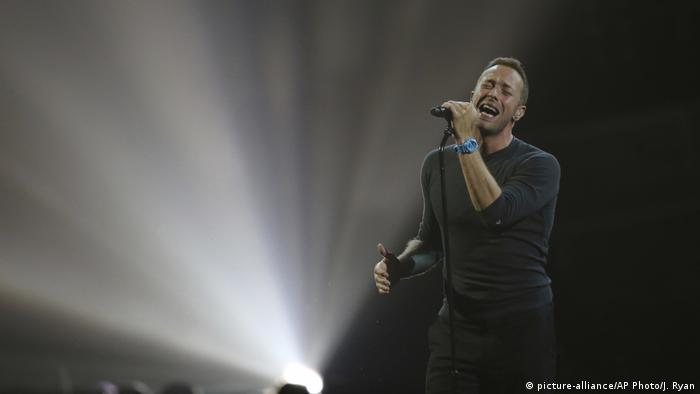 Chris Martin, Sänger der Band Coldplay, ssteht singend auf der Bühen. (Foto: picture-alliance/AP Photo/J. Ryan)