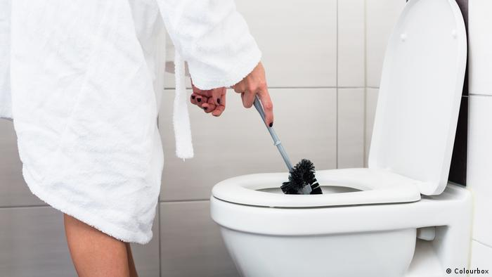 Person using a toilet brush (Colourbox)