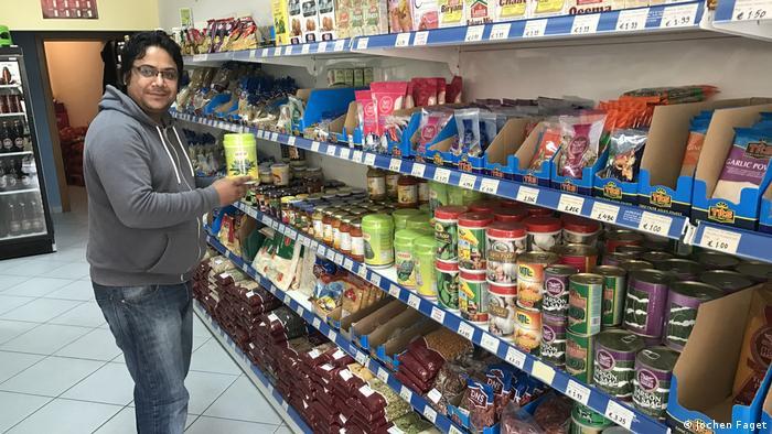 Mahendra Sapkota u trgovini u kojoj radi