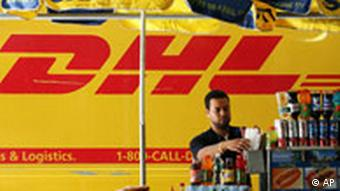 DHL-Wagen neben Hot Dog Stand in New York, USA