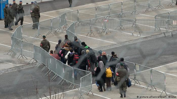 Österreich Abschiebung von Asylsuchenden (picture-alliance/dpa/C. Bruna)