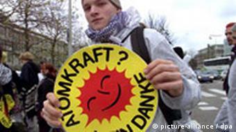 Ein deutscher Atomkraftgegner hält bei einer Anti-Atomenergie-Demonstration ein Atomkraft Nein Danke-Symbol in die Höhe (Foto: dpa)
