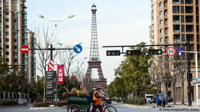 China | Replica von Kulturdenkmälern | Eiffelturm in Tianducheng (Getty Images/AFP/J. Eisele)