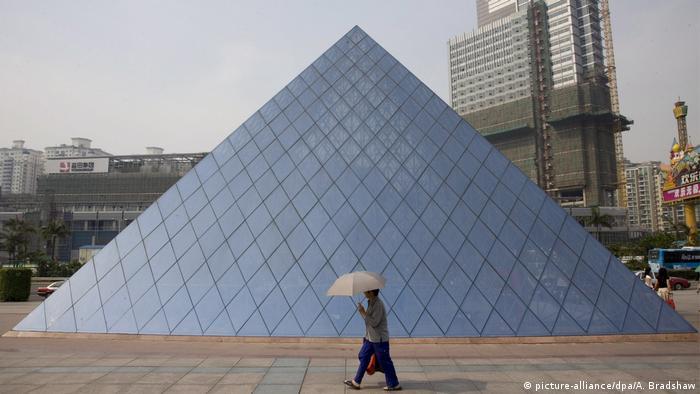 China | Replica von Kulturdenkmälern | Louvre in Shenzhen (picture-alliance/dpa/A. Bradshaw)