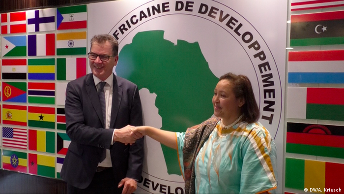Gerd Müller shakes hands with Frannie Leautier, Senior Vice-President of the African Development Bank