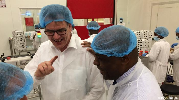 Germany's Development Minister Gerd Müller with some African workers at a chocolate firm. (DW/A. Kriesch)