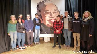 Students and teachers in front of a picture of Rosa Parks (c) DW/G.Reucher