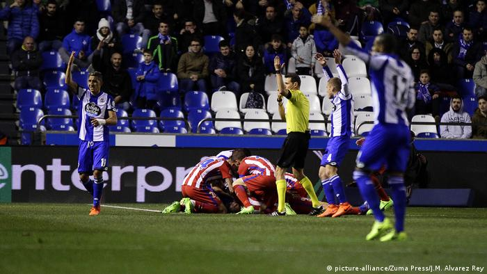 Spanien Fußball Deportivo La Coruña vs. Atletico Madrid | Verletzung Fernando Torres (picture-alliance/Zuma Press/J.M. Alvarez Rey)