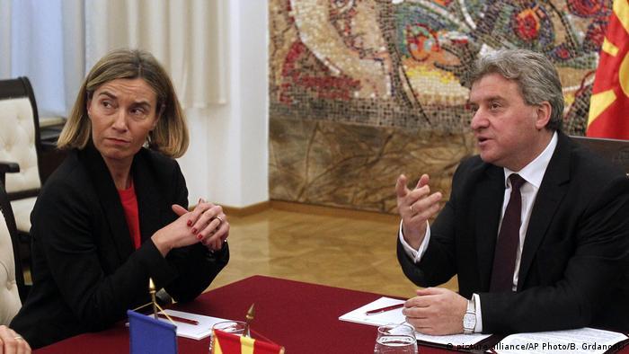 Mazedonien EU Federica Mogherini mit Gjorge Ivanov in Skopje (picture-alliance/AP Photo/B. Grdanoski)