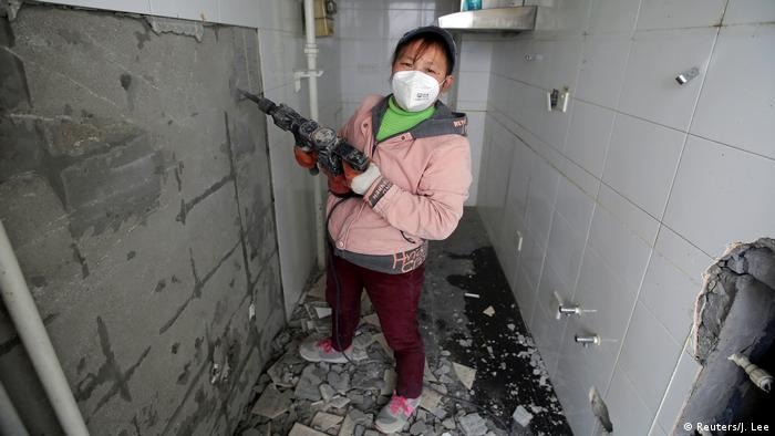 """Colocar suelos, empapelar paredes, para Deng Quien que trabaja como decoradora de interiores en Beijing, no hay nada que haga un hombre que no pueda hacer una mujer. Pero no siempre hay igualdad en el trato en sus lugares del trabajo. """"No pasa nada, no puedes cambiarlo. Tienes que seguir, dice, pero sin resignarse."""