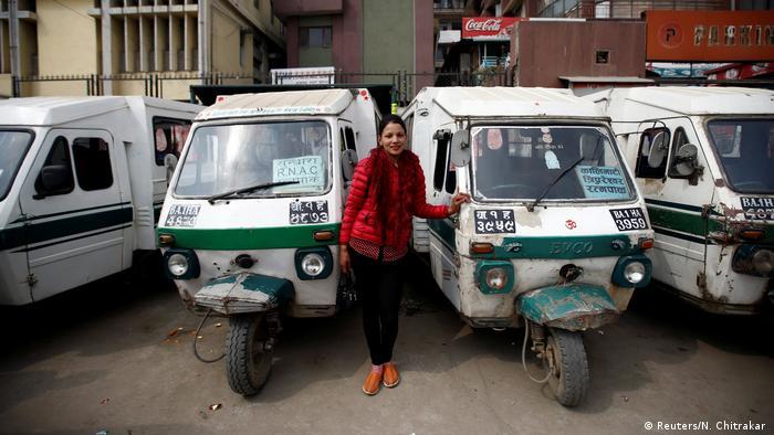 Internationaler Frauentag - Frauen in typischen Männerberufen Weltweit (Reuters/N. Chitrakar )