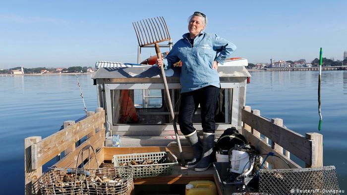 """Todos los días, Valerie Perron sale en su barco a pescar ostras en la costa del sur de Francia. Piensa que la educación es la llave para la igualdad de los seres humanos: """"Somos las madres las que criamos a nuestros hijos. Está en nuestras manos enseñarles que pueden elegir entre jugar con muñecas o con cochecitos, no importa si son varones o niñas."""