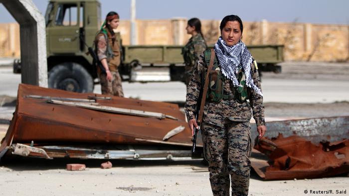 """Aproximadamente 20.000 mujeres desarrollan tareas militares en la alianza militar Fuerzas democráticas de Siria"""" combatiendo a la organización terrorista autodenominada Estado Islámico (EI). Una de ellas es Laila Sterk, en la foto. """"Desde que trabajo aquí, no experimento la desigualdad de género en la sociedad, relata. Los hombres aprenden que la presencia de las mujeres es algo normal."""