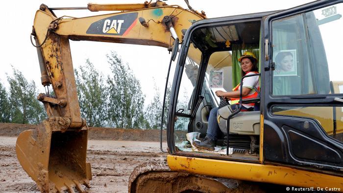 Філіпіна Окол працює оператором екскаватора у Тубеї на Філіппінах. Мати трьох дітей про свої професійні здібності говорить впевнено: Деякі жінки можуть керувати самоскидами та екскаваторами. Якщо це можуть чоловіки, чому жінкам мало б бути зась? Я краща за чоловіків - вони тільки вантажівками можуть керувати, а я ще й екскаватором!