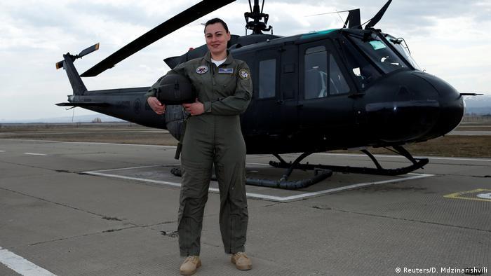Капітан Катерина Квілідзе охоче позує на тлі військового гелікоптера UH-1H у грузинській столиці Тбілісі. У військово-повітряних силах Грузії вона вже 10 років. Спочатку було непросто. Були іронічні, іноді цинічні зауваження. Мені здавалося, що мене не цінують. Але, дякувати богові, за останні 10 років суспільство змінилось, і сьогодні жінка-пілот - вже норма.