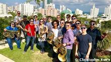 USA Miami Beach - Moderatorin Sarah Willis mit Mitgliedern der New World Symphony