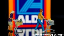 Plastic figures with trolley in front of Aldi logo (picture-alliance/dpa/S. Hoppe)