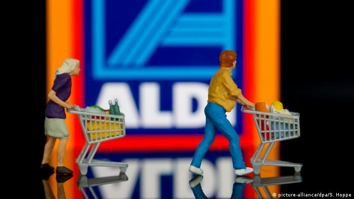 Aldi Süd - Plastikfiguren mit Einkaufswagen (picture-alliance/dpa/S. Hoppe)