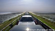 +++ Bildergalerie Drive-in: Was man alles im Auto erledigen kann ohne auszusteigen +++Die Sonne spiegelt sich auf dem Dach eines Autos, das am 29.7.2003 auf dem Autozug SyltShuttle zwischen Westerland auf Sylt und Niebüll steht. Die Reise mit dem Zug der Deutschen Bahn über den Hindenburgdamm zum Festland dauert etwa 40 Minuten.   Verwendung weltweit