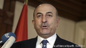 Τον γερμανό ομόλογό του Ζίγκμαρ Γκάμπριελ θα συναντήσει την προσεχή Τετάρτη στο Βερολίνο ο τούρκος υπουργός Εξωτερικών Μεβλούτ Τσαβούσογλου σε μια προσπάθεια αποκλιμάκωσης της έντασης μεταξύ των δύο πλευρών