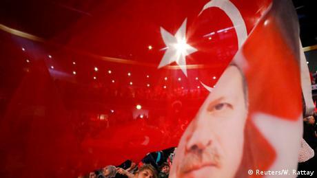 صورة للعلم التركي مع وجه الرئيس أردوغان خلال فعالية انتخابية تركية نظمت في مدينة أوبرهاوزن الألمانية (فبراير/ شباط 2017)
