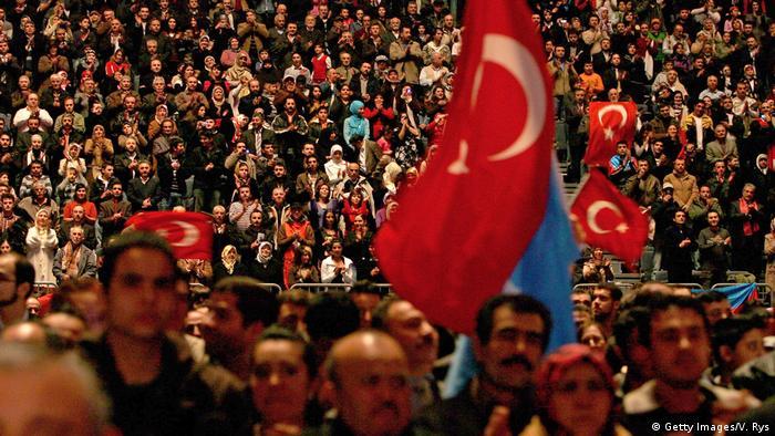 Представители турецкой общины Германии на выступлении Реджепа Тайипа Эрдогана в Кельне в 2008 году