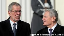 Bundespräsident Joachim Gauck (r) und der Bundespräsident von Österreich, Alexander Van der Bellen, unterhalten sich am 03.03.2017 während der Begrüßung vor dem Schloss Bellevue in Berlin. Foto: Monika Skolimowska/dpa +++(c) dpa - Bildfunk+++