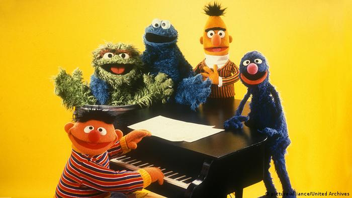 Ernie, Oscar, Cookie Monster, Bert and Grover at the piano (picture-alliance/United Archives)