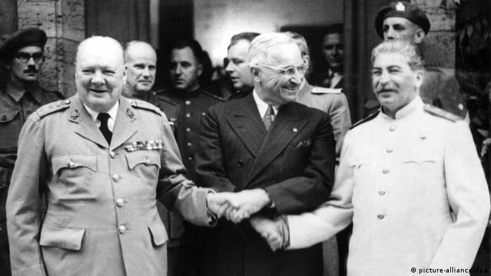 Przedstawiciele Wielkiej Trójki: (od l.) premier Wielkiej Brytanii Winston Churchill, prezydent USA Harry S. Truman i przywódca Związku Sowieckiego Józef Stalin (picture-alliance/dpa)
