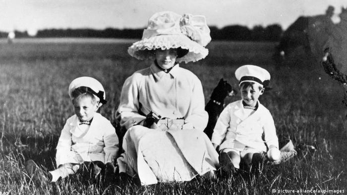 Цецилиия Мекленбург-Шверинская с сыновьями. Потсдам, 1910 год