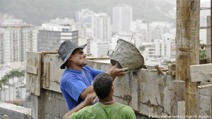 Construcción de muros en las favelas de Río de Janeiro.